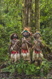 Papouasie-Nouvelle-Guinée, province de Hela, région de Ambua, tribu des Hulis, Mundiya Kepanga entouré de deux hommes de sa communauté