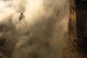 NÉPAL – District de Solukhumbu - Vallée de Bung À 20 kilomètres de l'Everest, sur des falaises situées au cœur des forêts de rhododendrons. La fantasmagorie de cette scène était la même lorsqu'il y a 10 000 ans, les premiers chasseurs de miel affrontaient les colonies sauvages. Depuis les temps anciens, le miel a été récolté de façon organisée ou opportune. En Asie, en Europe, aux Amériques et en Afrique, les civilisations humaines ont commencé à offrir un habitat aux abeilles dès l'Antiquité. Mais l'abeille géante de l'Himalaya, l'Apis dorsata laboriosa, n'a jamais accepté cette semi-domestication. -