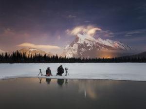 'Behind-the-scenes' aux lacs Vermilion du Parc National de Banff dans l'Alberta, Canada - Paul Zizka