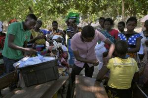 Une des nombreuses actions du parc national vers les populations, les cliniques mobiles qui vont de villages en villages. - Olivier Grunewald